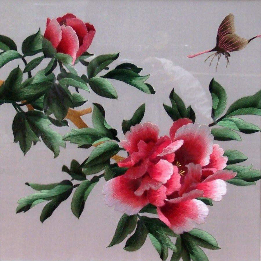 """""""上衣"""",绣花多在胸口,常用图案有鱼戏莲,牡丹花等."""